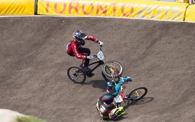 Mariana Pajón, favorita destacada ao ouro, cai na pista da BMX na final; Felicia Stencil, dos EUA, aproveita para assumir a ponta