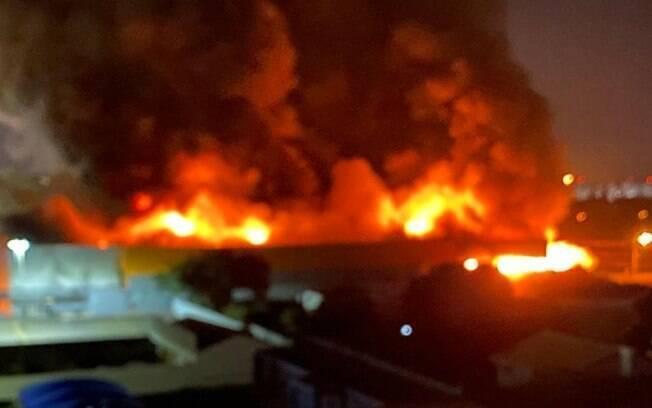 Incêndio de grandes proporções atinge supermercado em Paulínia