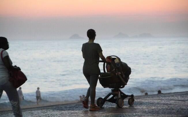 Guilhermina Guinle passeia com a filha pela orla da praia