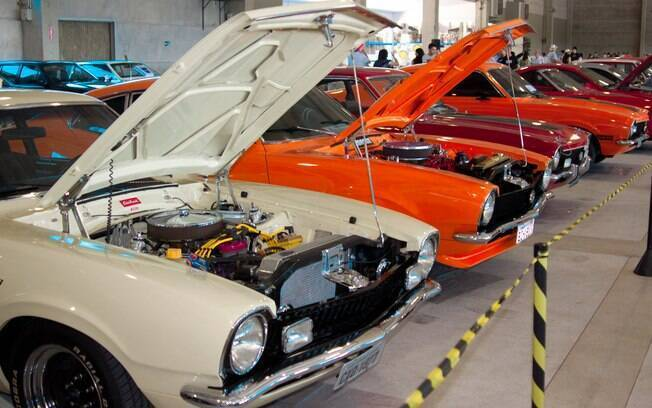Carros clássicos em exposição no Encontro de Veículos Antigos