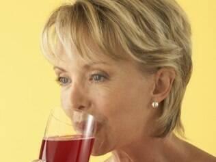 Alimentos como o cranberry (fruta ou suco) ajudam a controlar os sintomas da menopausa