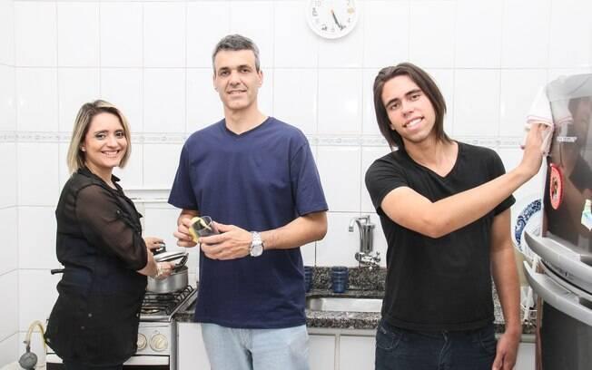 Renata e a família na cozinha: Pedro, o marido, é quem faz a maior parte do trabalho doméstico