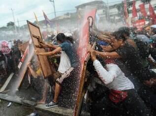 Canhão de água tenta impedir avanço de ato nas Filipinas: Brasil já usa equipamento