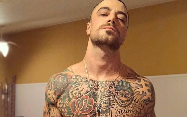 Famosos que brigaram na web! Felipe Titto respondeu um comentário sobre suas tatuagens
