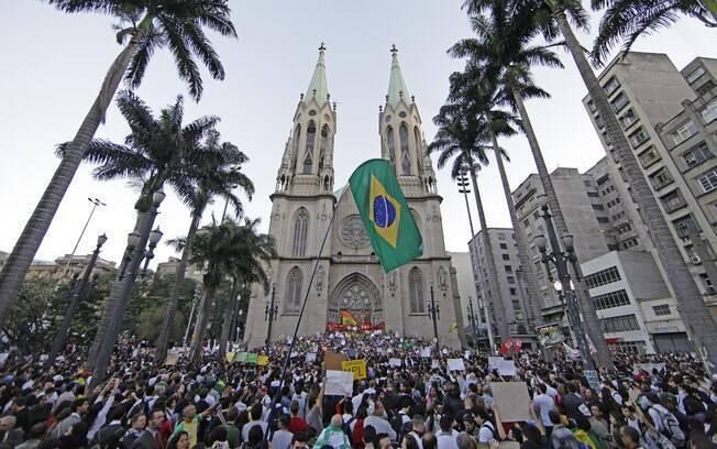 Manifestantes se reúnem na Praça da Sé, em São Paulo, para o sexto dia de protestos contra o aumento da tarifa do transporte público