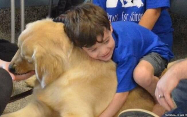 Mãe de Kainoa Niehaus compartilhou foto do filho com o cão Tornado, após dois anos de espera por cachorro