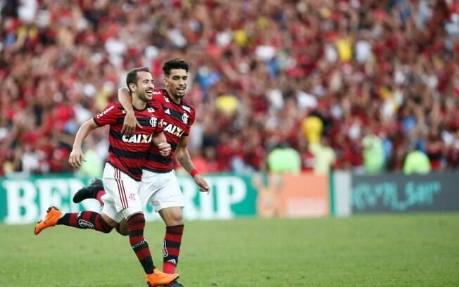 Éverton Ribeiro e Lucas Paquetá comemoram gol do Flamengo