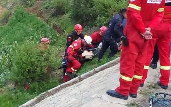Resgate das vítimas do acidente de ônibus no distrito de Amazonas, no Peru