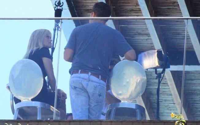 Reese Witherspoon conversa com Luciano Huck em frente à praia de Ipanema