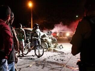 Cidades - Super - Belo Horizonte - MG Roubo no Castelo termina em perseguicao e acidente na Avenida Severino Balesteros . Rapaz que dirigia carro atingido ficou ferido e foi atendido pelos socorristas . Os tres assaltantes , dois menores , foram presos na hora .  FOTO: FERNANDA CARVALHO / O TEMPO - 27.03.2014