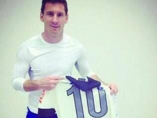 Messi fez a gentileza de posar para foto com a camisa do Corinthians