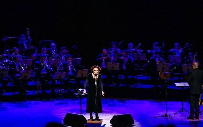 Bibi Ferreira no palco com o show Bibi – 'Histórias e Canções'