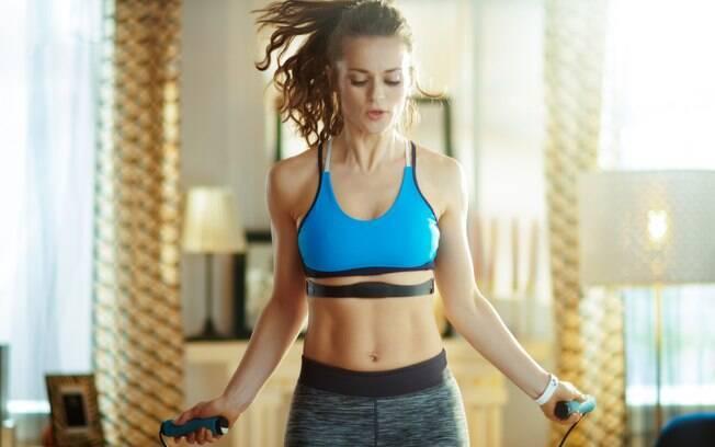 Pular corda é um ótimo exercício para fazer em casa
