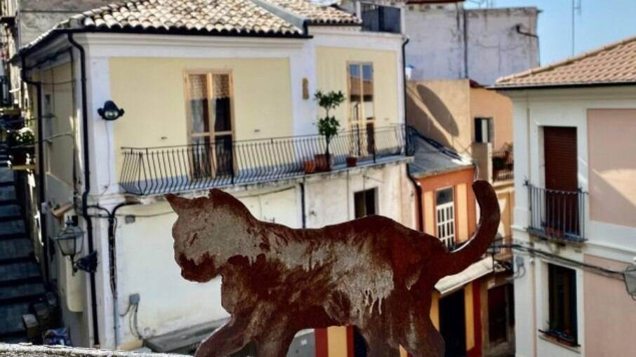 Uma amostra do exterior da casa de Jon Brits e Annmarie Nurse espalhada pela cidade costeira da Piazza Calabro na Itália.