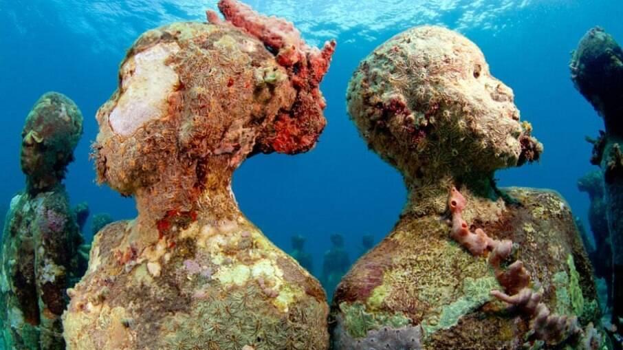 Molinere Underwater Sculpture Park, um museu de esculturas, é um dos pontos turísticos submersos mais impressionantes do mundo