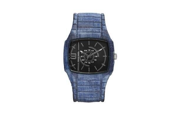 A Diesel lançou uma nova linha de relógios revestidos em jeans. Na foto, modelo com a lavagem mais clara