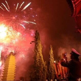 Na China, acredita-se que fogos de artifício ruidosos espantem os maus espíritos