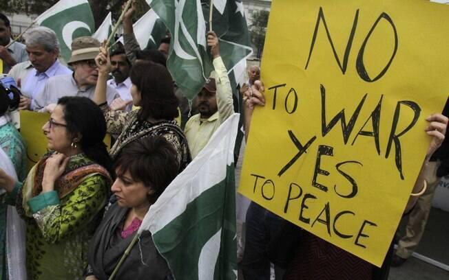 Ativistas exibem cartazes contra a coalizão liderada pela Arábia Saudita cujos alvos  são rebeldes xiitas no Iêmen