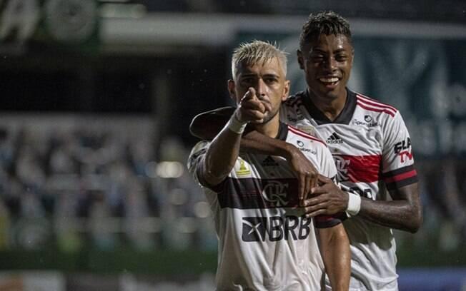 Flamengo vence o Goiás, alivia a pressão e diminui distância para o líder