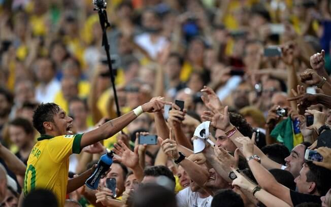 7f6f2aa0b3eb4 Foto  Scott Heavey  Neymar festeja título da Copa das Confederações com a  torcida.