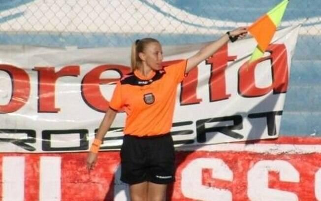 Bandeirinha Rosana Paz em ação durante partida na Argentina