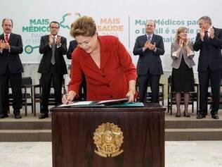 Presidenta Dilma Rousseff durante sanção da lei que institui o Programa Mais Médicos.
