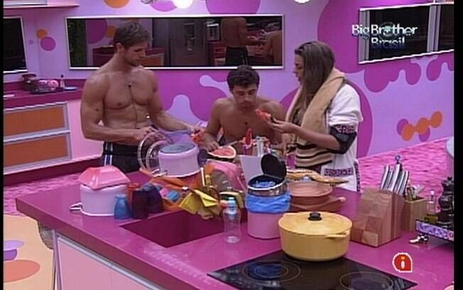 Fael, Jonas e Monique saboreiam melancia