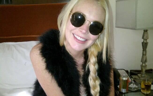 Lindsay Lohan e seu novo sorriso. Detalhe do cinzeiro cheio de cigarros