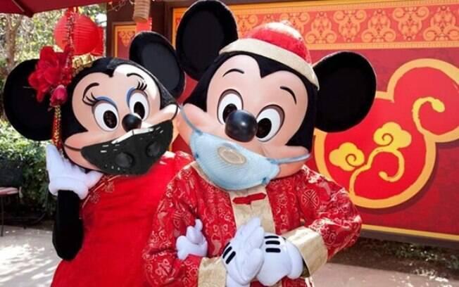 mickey e minnie usando máscara para se prevenir contra o coronavírus