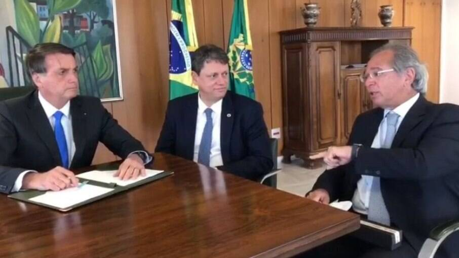 Bolsonaro, Tarcísio e Paulo Guedes; Ministro da Infraestrutura é um dos que devem deixar o governo para tentar se eleger como governador