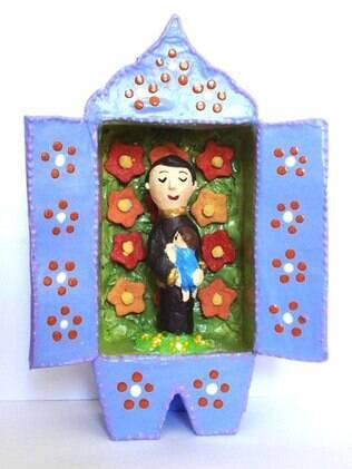 Relicário com base de papelão feito pelo artista plástico Tino Costa