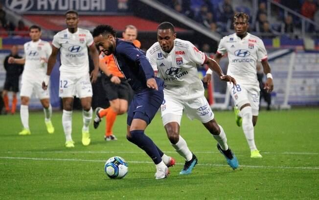 Neymar jogando pelo PSG contra o Lyon