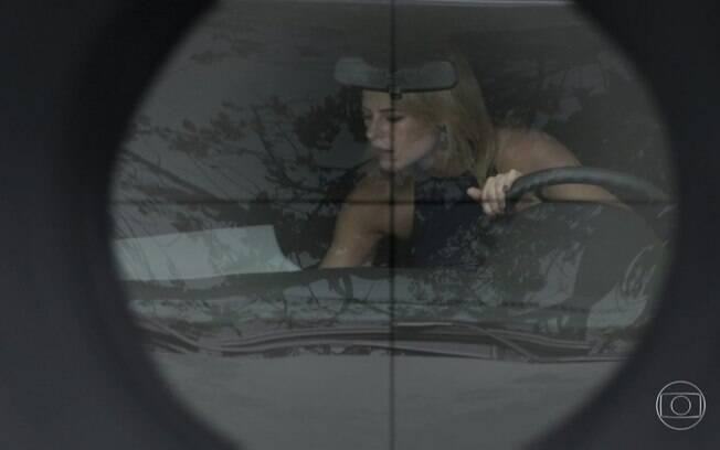Jeiza tem seu carro atingido por um fuzil
