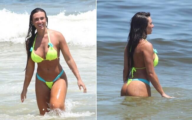 Nicole Bahls se refrescou com um mergulho no mar na praia do Pepê
