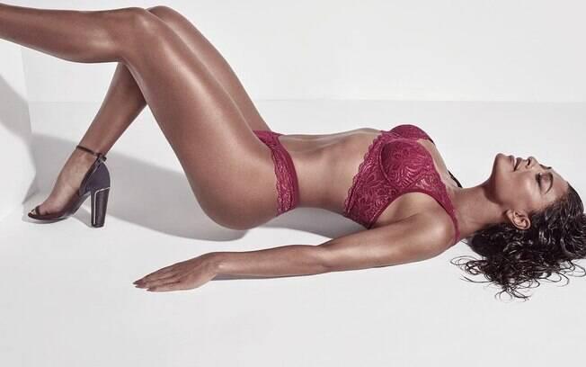 Juliana Paes posa de lingerie e exibe corpo escultural na web