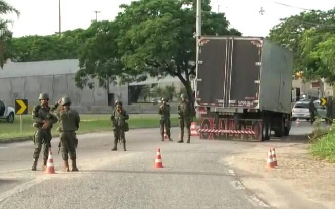 Militares no Rio de Janeiro realizaram abordagem a veículos em acessos a rodovias federais e em vias expressas