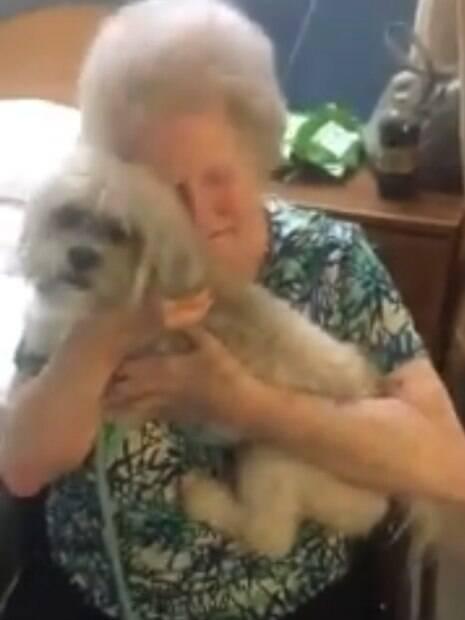 Avó não esconde a felicidade ao ganhar cão de presente