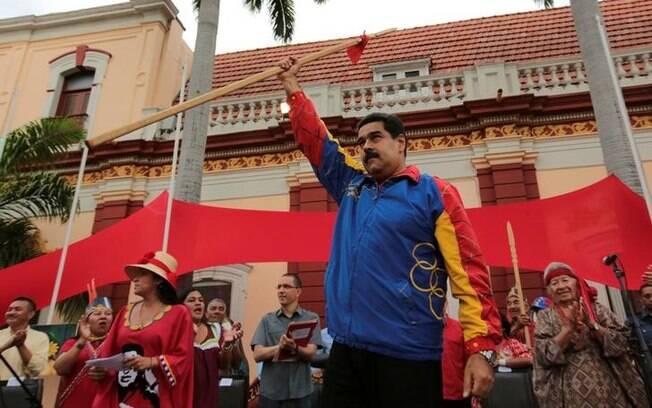 Presidente da Venezuela, Nicolás Maduro, acena para simpatizantes durante ato pró-governo em Caracas