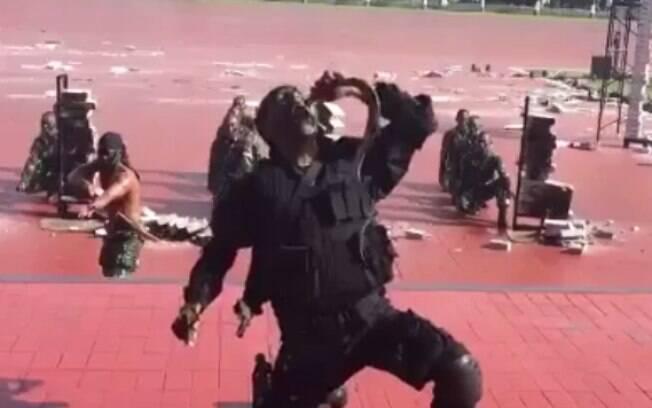 Na demonstração militar, os soldados cortaram as cobras, vivas, com seus dentes e também beberam seu sangue