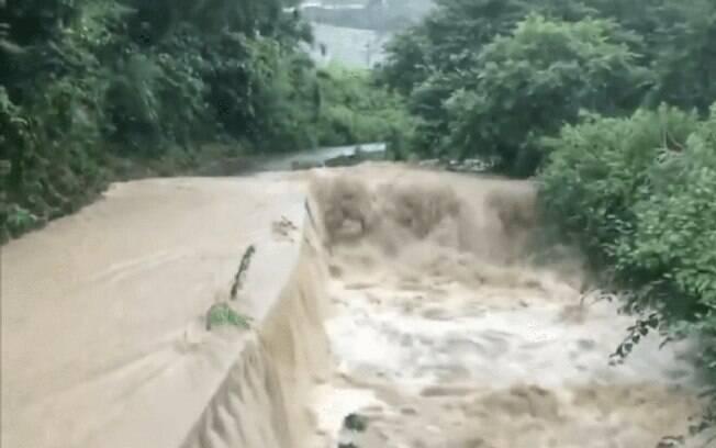 Rio transbordou no Japão após chuvas