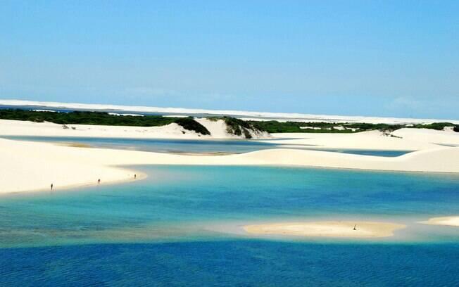 De maio a setembro as lagoas ficam cheinhas, surgindo como miragens por entre as dunas