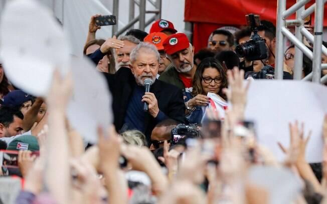 Em seu discurso após sair da prisão, Lula disse que além de se defender,  é preciso atacar como o Chile está fazendo.