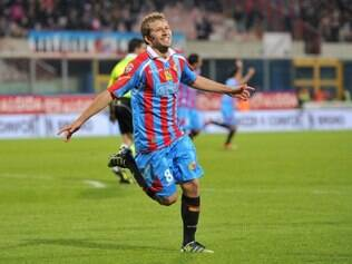Catania midfielder Felipe Seymour, of Chile, celebrates after scoring during a Serie A soccer match between Catania and Atalanta at the Angelo Massimino stadium in Catania, Italy, Saturday, April 21, 2012. (AP Photo/Carmelo Imbesi)