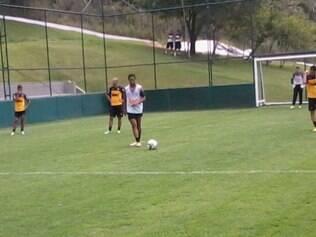 Ronaldinho treina no campo reduzido que simula quadra de showbol