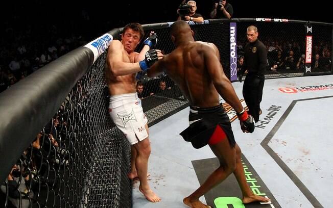 Sonnen tenta se defender de golpe de Jones