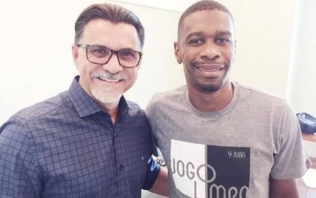Ricardo Rocha ao lado de Juan, dois ex-zagueiros