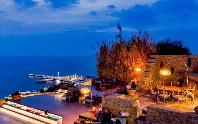 O Sunset Bar está entre os lugares mais visitados da ilha e, por estar elevado, oferece uma vista panorâmica da ilha