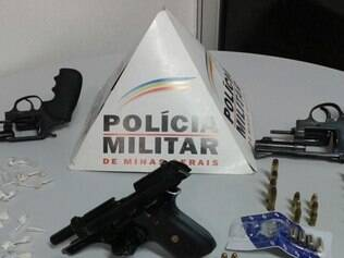 Na casa onde a suspeita estava policiais apreenderam três armas e muita munição