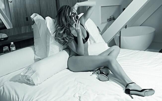 Gisele Bündchen de lingerie na 'GQ' de novembro
