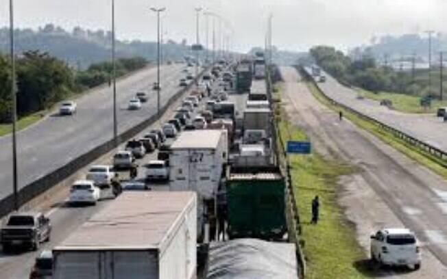 Estradas de São Paulo estão cheias na volta do feriado